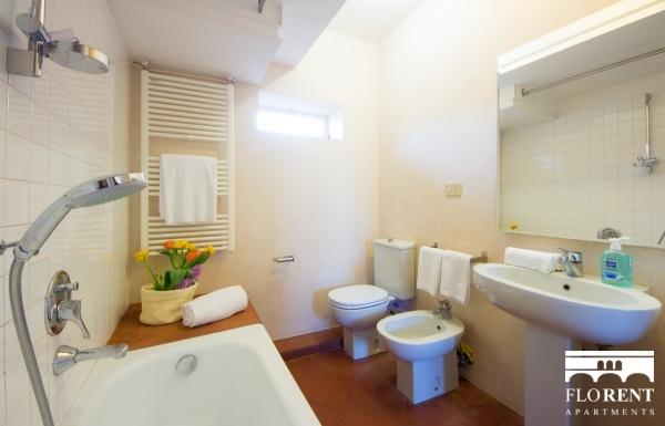 Suite Maggio bathroom