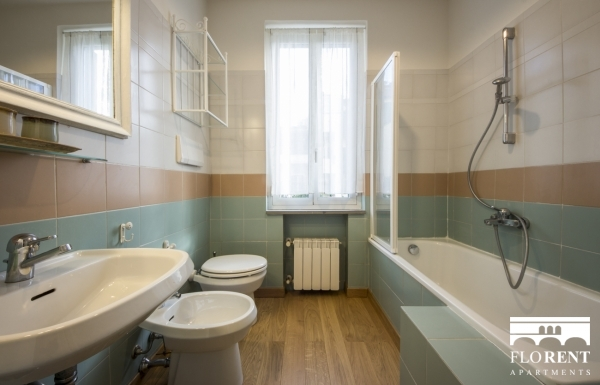 Apartment with garden bathroom bath