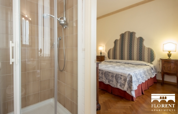Accommodation on Ponte Vecchio bedroom shower