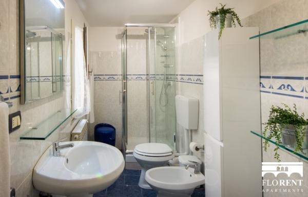 Florence Apartment bathroom