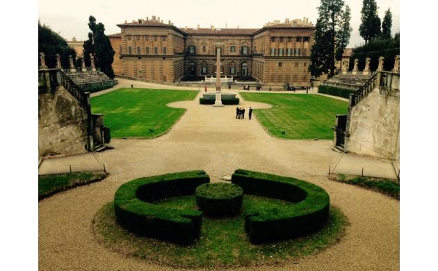 history-palazzo-pitti-behind